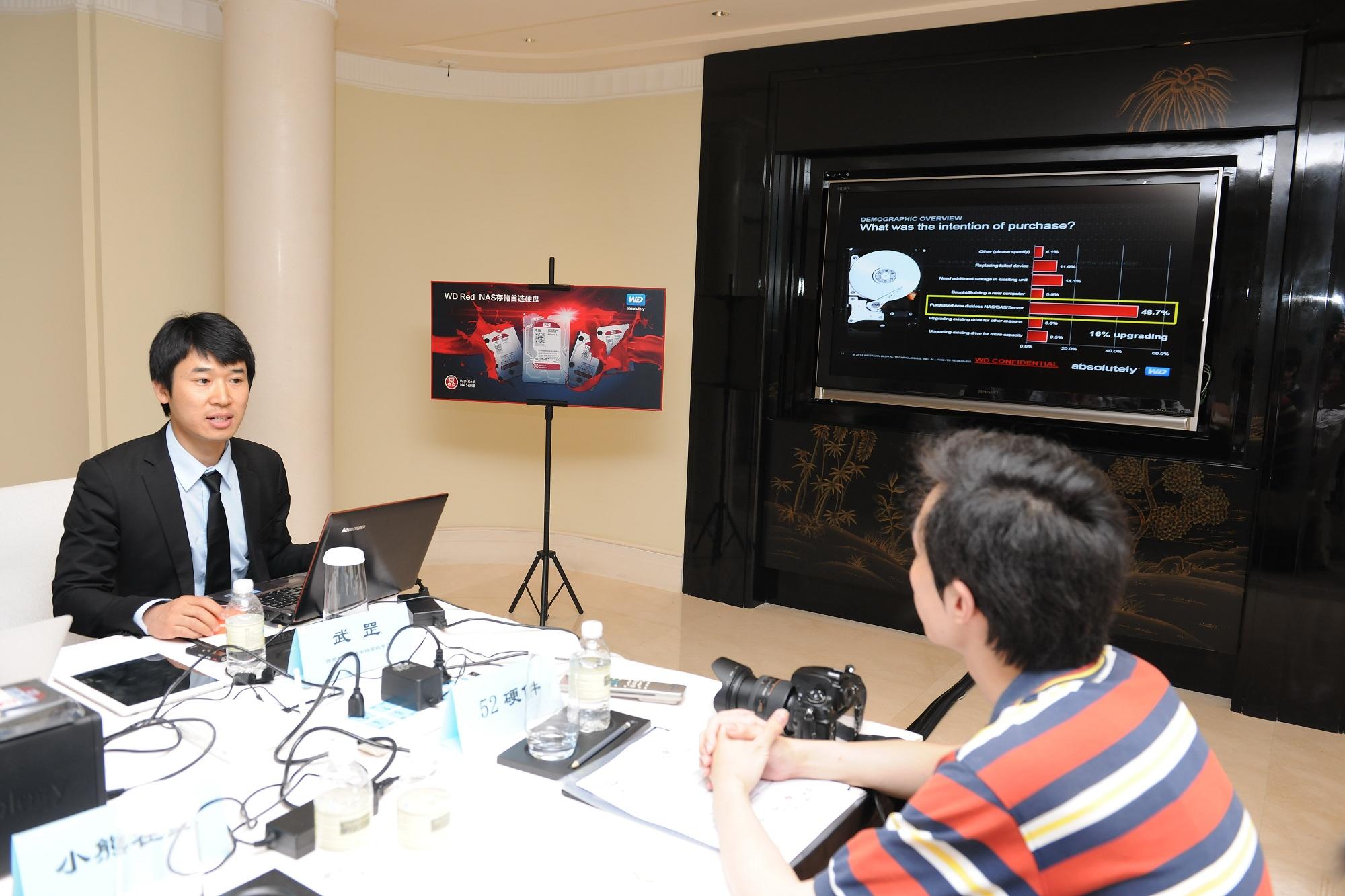 西部数据渠道市场高级专员 武罡与记者探讨技术细节.jpg