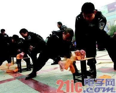 """""""国际警察日""""宜昌展示警用器械,生命探测仪最抢眼"""