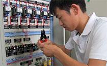 让人后怕的老电工的接电方式……
