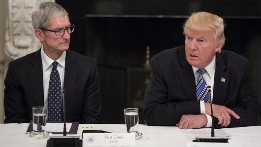 尽管苹果在中国生产大部分产品,而美国和中国都位列苹果的前三大市场,但苹果目前还没有受到贸易紧张局势的严重影响。苹果的iPhone和iPad在美国设计,由鸿海精密和和硕等代工商在中国的工厂生产。