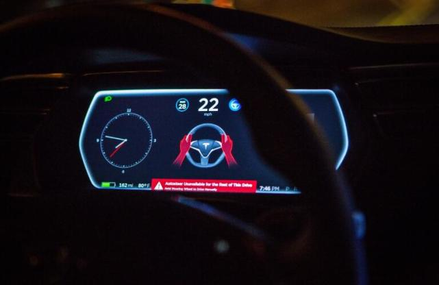 Autopilot系统为提高安全性,曾有意加入眼球追踪和方向盘传感器