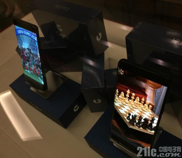打破技术垄断!上海研制的首批柔性手机屏量产