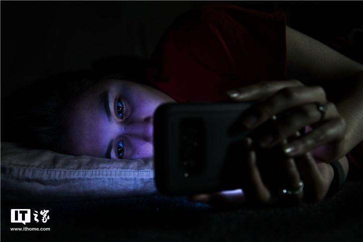 别在黑暗中看手机了!女子长期关灯在被窝里玩手机,左眼视网膜脱落