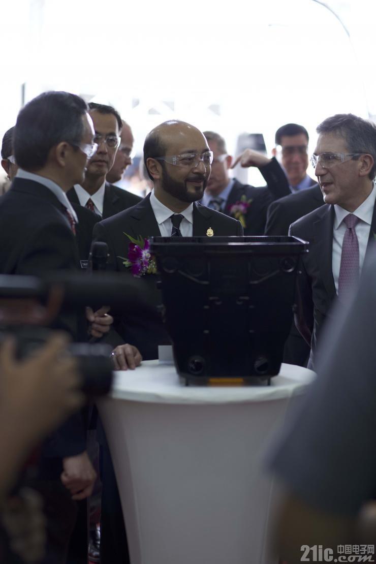 图5 马来西亚吉打州首席部长、来自三星和美光的嘉宾与Entegris一道参观了先进而洁净的Kulim制造厂.jpg