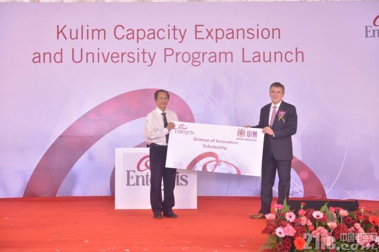 图4 Entegris总裁兼首席执行官Bertrand Loy向马来西亚理科大学教授Zlkifli Ahmad颁发奖学金证书.jpg