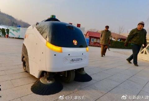 """一辆顶六人,天津首台无人驾驶清扫车正式""""上岗"""""""