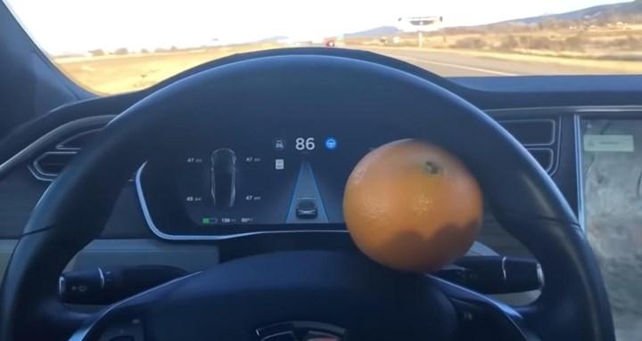 真·自动驾驶:开启Autopilot的特斯拉Model X车主在高速公路上打盹