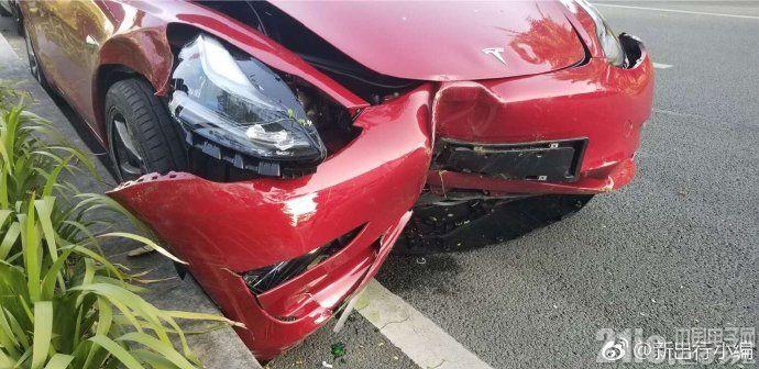 特斯拉Model 3在深圳试驾活动中发生撞击事故,前脸已不能看!