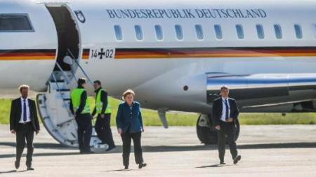 默克尔专机被车撞 无奈乘直升机回柏林