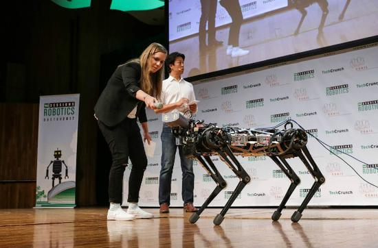 �C豹3�:依�� �X�Q定行走的�C器人