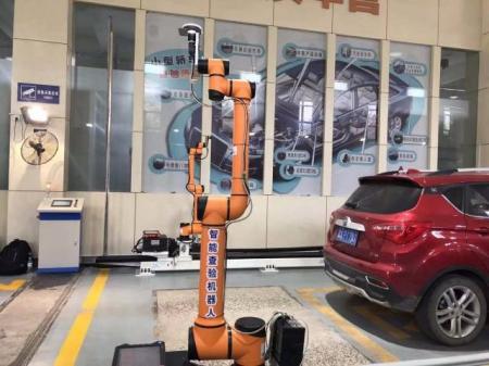 全国首个智能查验机器人在济南车管所投入使用