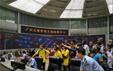 非洲青年参观广州交警智慧交通指挥中心