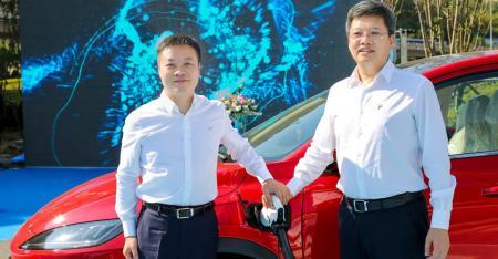 小鹏汽车董事长兼CEO何小鹏与特来电董事长于德翔出席现场