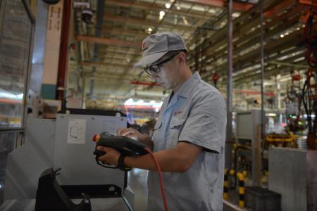 项目团队成员监测东风乘用车焊装车间车身合装焊接工位夹具切换机构运转情况