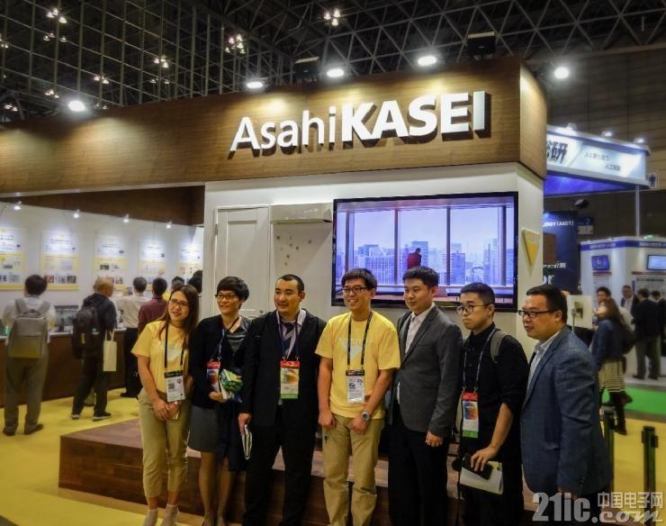 参加此次采访活动的记者和旭化成电子科技(上海)有限公司工作人员