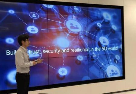 """探访华为欧洲网络安全中心 能看到深圳公开源代码的""""小黑屋"""""""