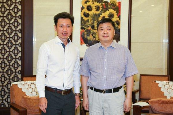 沃尔玛中国区总裁兼首席执行官陈文渊与广东省副省长欧阳卫民合影