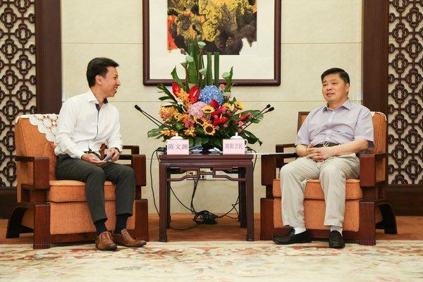 沃尔玛中国区总裁兼首席执行官陈文渊与广东省副省长欧阳卫民交流