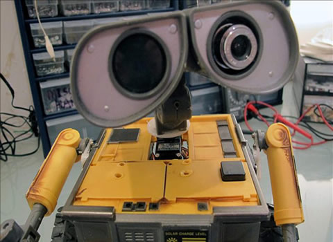 遥控玩具 Wall-E 改装为声控、有眼睛的半自动机器人