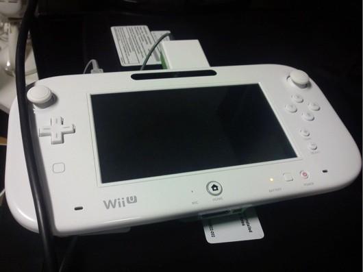 设计有点不同的 Wii U 控制器短暂地出现过,然后又消失了~
