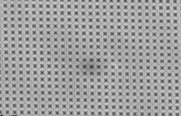 """这种特殊的""""织物""""结构仅仅使超薄硅晶体的表面积增加70%,光子吸收能力却堪比30倍厚的传统硅晶体。"""