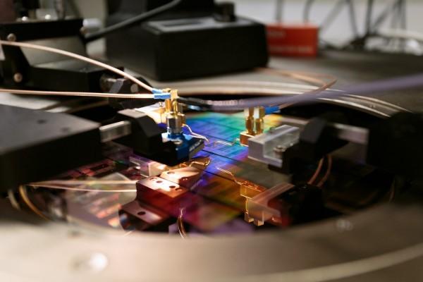 IBM宣布碳纳米管将替代硅晶体管 延续摩尔定律
