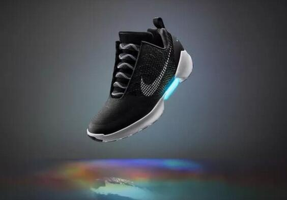 耐克也玩黑科技:一双能自动系带的运动鞋