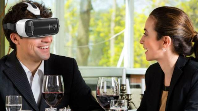 戴着VR头盔吃东西是种什么样的体验?
