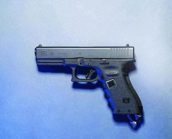 指纹解锁手枪,这个19岁青年发明了一把智能手枪