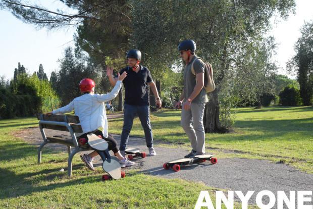 轻便易携:能塞进背包的折叠电动滑板