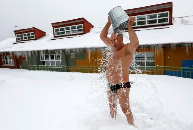 看着都冷!战斗名族冰天雪地挑战冰桶......