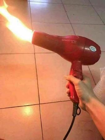 哪个电工做的?淘宝买负离子吹风机,一打开竟然喷火