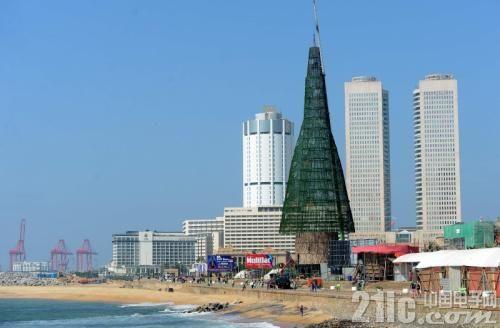这个圣诞树6了,57米高,60万LED灯泡装点