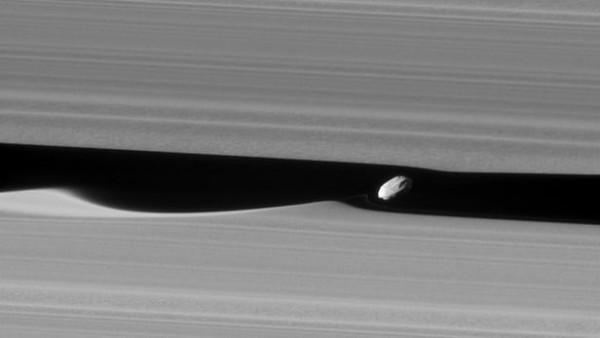 """""""卡西尼号""""探测器拍摄到土卫三十五Daphnis在土星环之间运行"""