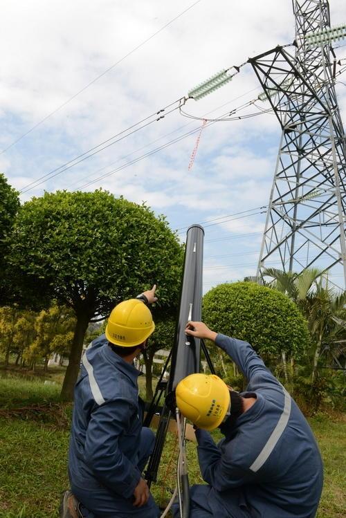 """中国电网的""""激光炮""""火了:清理高压电线飘挂物"""