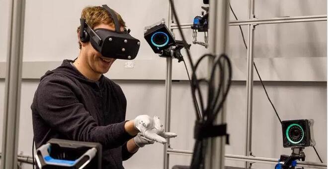 扎克伯格试玩最新VR手套 大秀虚拟现实技术