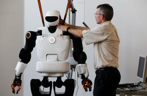 """小""""智""""当家:智能机器人帮你端茶倒水"""
