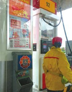 加油站区域禁用手机 却贴上了二维码?