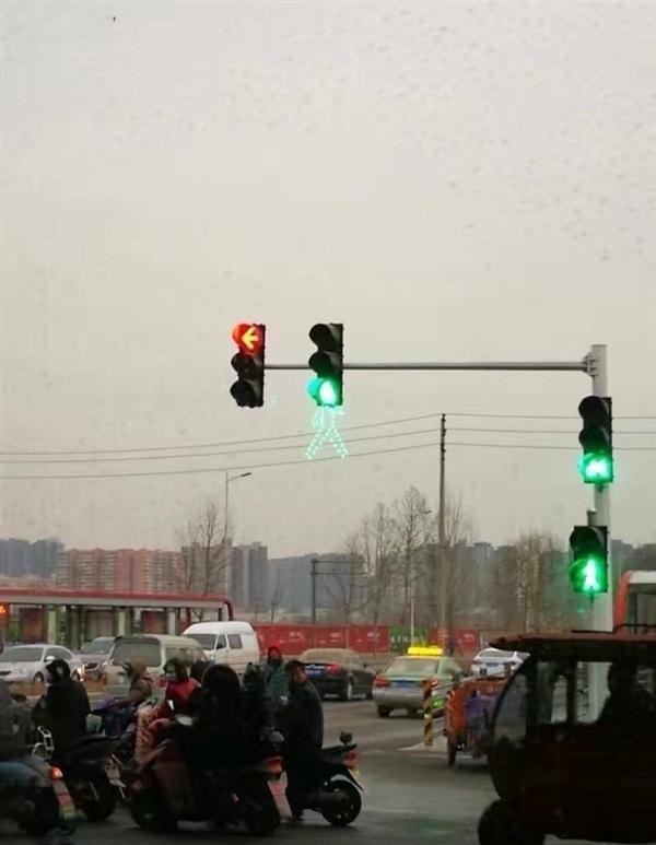 """郑州现奇葩""""高科技"""":我一定是看到了假的红绿灯"""