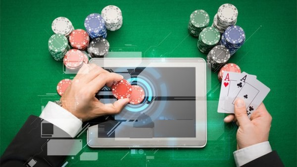下棋下不过AI,打扑克也不行