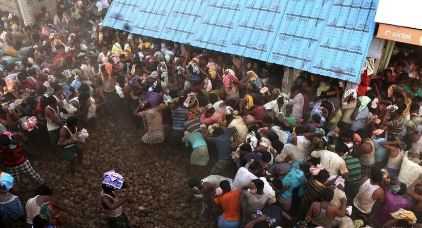 活久见!印度用10吨干牛粪过狂笑节,手拿牛粪相互攻击,现场臭气熏天!