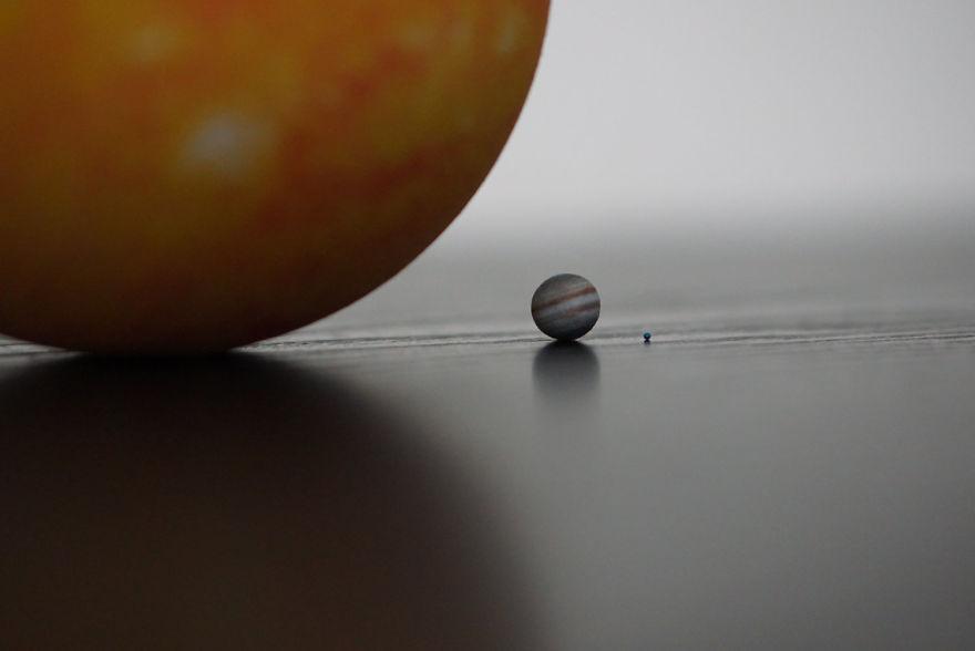 艺术家用3D打印按比例制作了整个太阳系,地球只有芝麻粒那么大