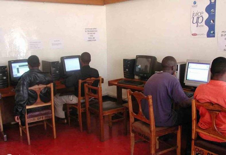 非洲网吧上网,一小时约2美元,打开网页需5分钟