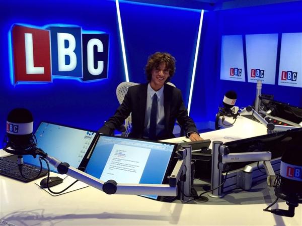 英国20岁小帅哥获得了全世界人都羡慕的工作