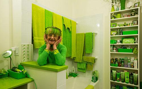 """绿巨人绿灯侠弱爆了!美国""""绿夫人""""衣食住行皆为绿色"""