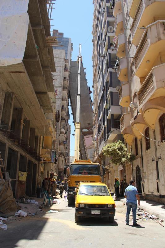 豆腐渣工程!埃及12层大楼倾倒靠上隔离楼