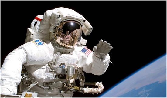 宇航员的工资是多少呢?分为地球工资和太空工资