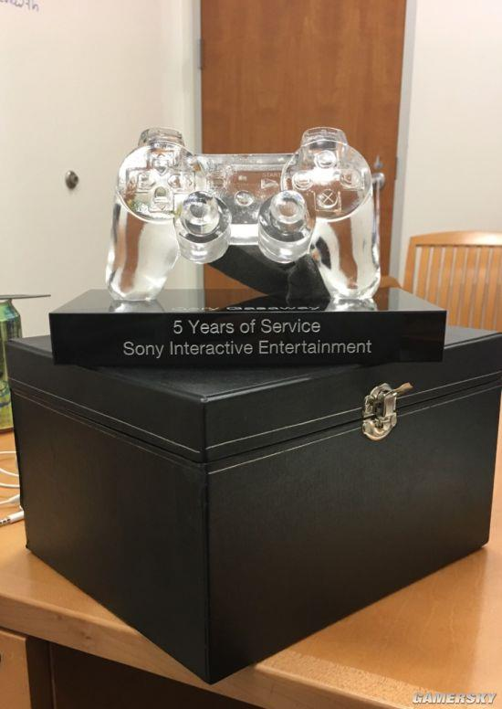 索尼5年员工收到水晶手柄奖励 10年员工奖杯更独特
