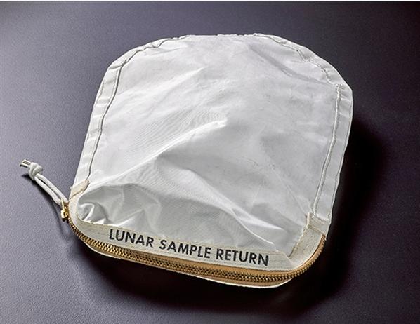 登月物品袋被偷拍出千万天价:美国是否造假有对证了