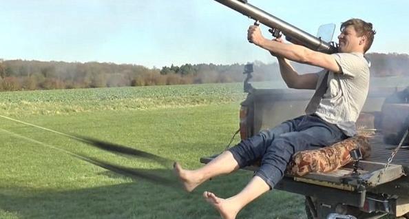 这世界怎么了?英国男子自制火箭筒用于脱袜子